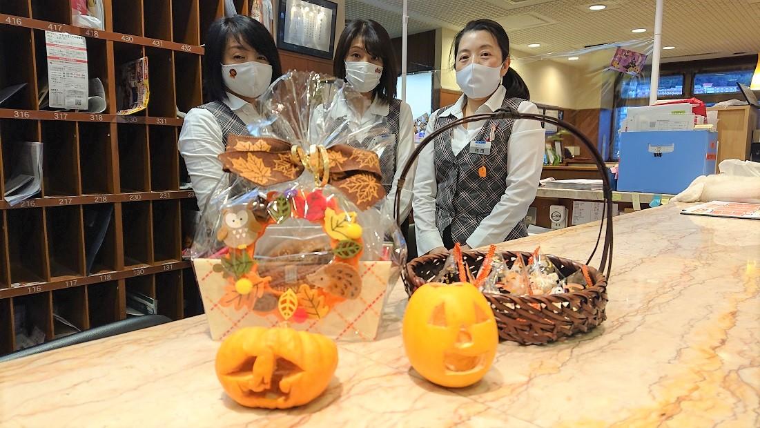 10月31日ハロウィン当日、ご入居者へお菓子をお配りしました