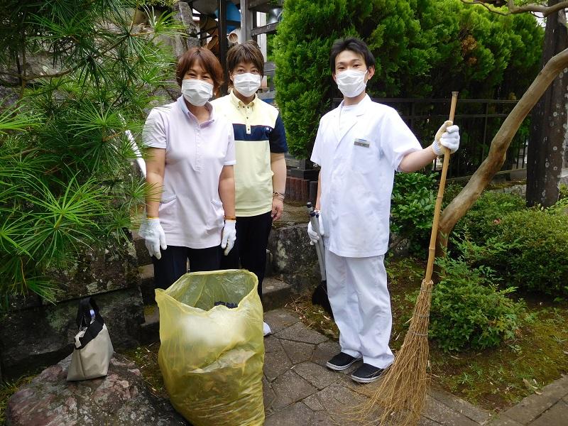 ボランティア委員会で福泉寺の草刈りに参りました