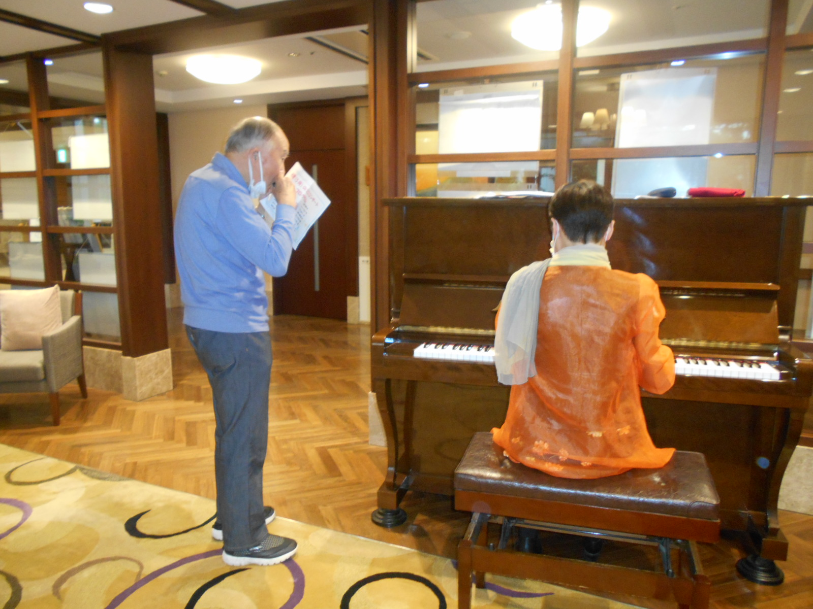職員によるピアノ演奏会を行いました