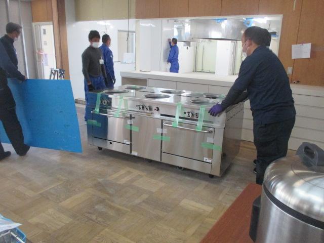 4月8日 厨房内に厨房機器搬入、据え付け開始しました